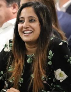 Photo de Neena Sethi qui sourit.